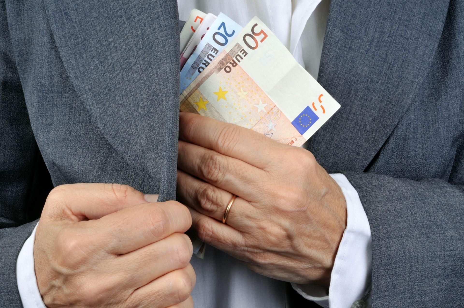 verslas uždirba didelius pinigus)