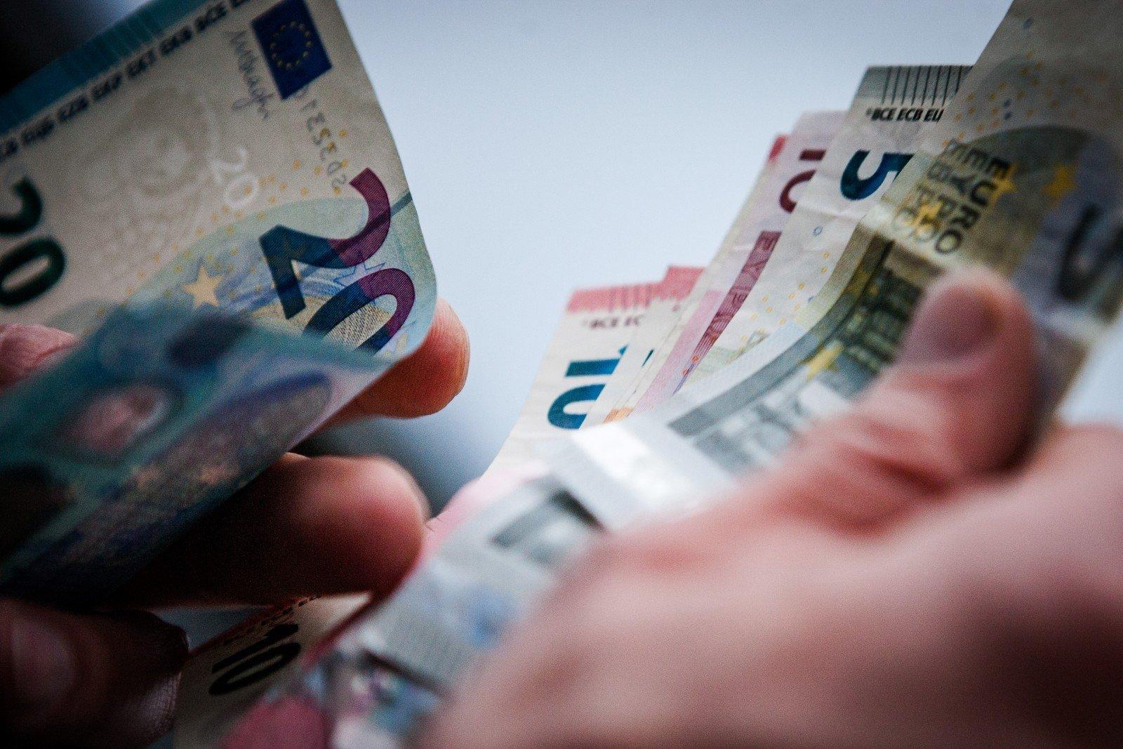 užsidirbti pinigų prieš išleidžiant pinigus)