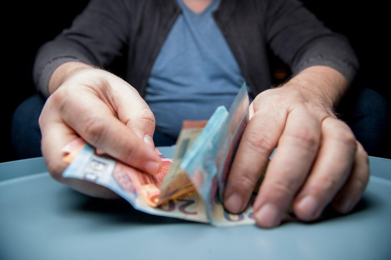 kaip uždirba turtingi pinigai